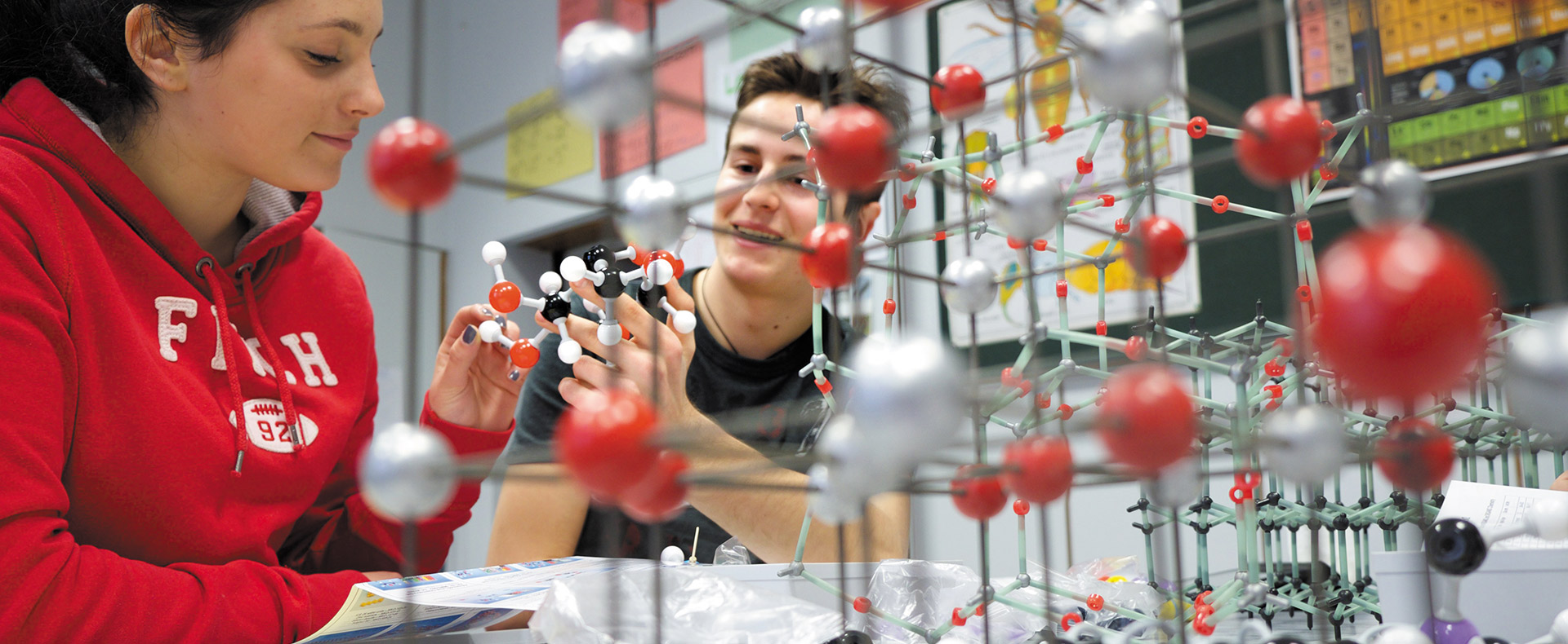 Studenti della scuola Svizzera di Milano in un laboratorio scientifico