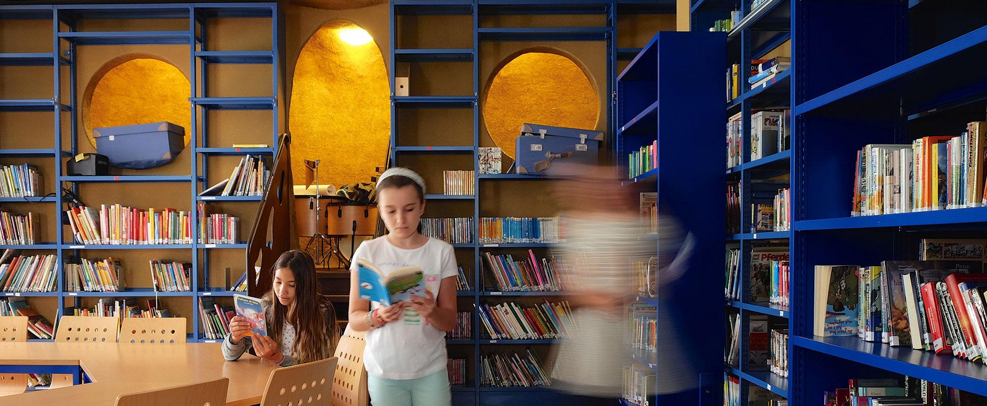 Studentesse studiano nella biblioteca scolastica