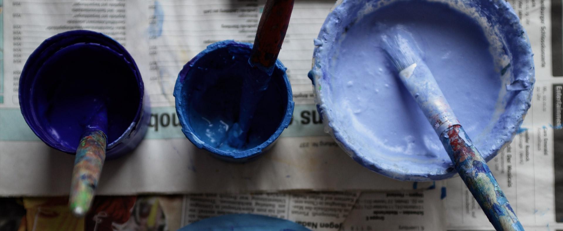 Vernice blu nei laboratori artistici della scuola Svizzera di Milano